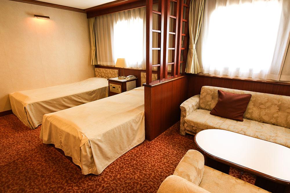 クイーンコーラルプラス船内 特等室(バストイレ付) 3名x1室