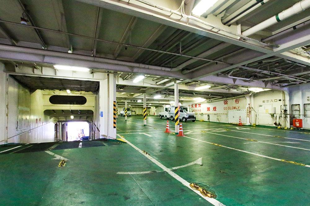 クイーンコーラル8船内 車輌貨物デッキ